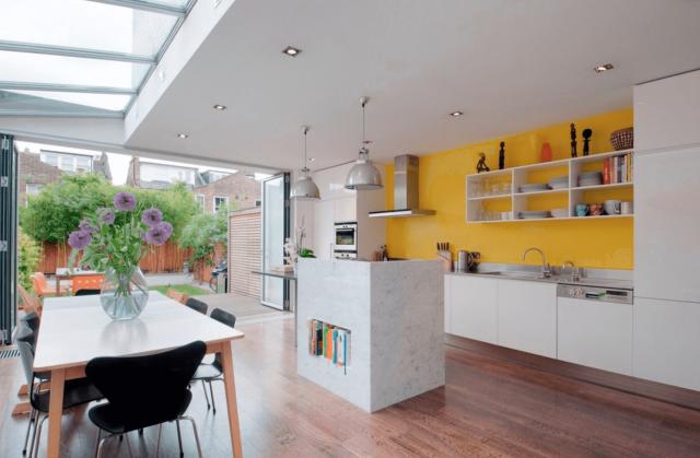 grande cuisine ouverte blanche et jaune