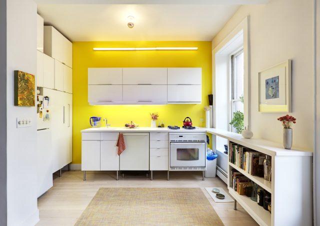 petite cuisine blanche mur jaune