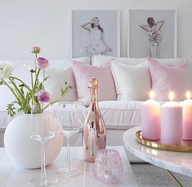 salon rose et blanc detail decoration bougie coussin
