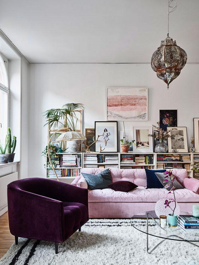 salon rose et fauteuil violet sombre