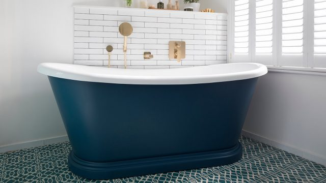 salle de bain bleue baignoire