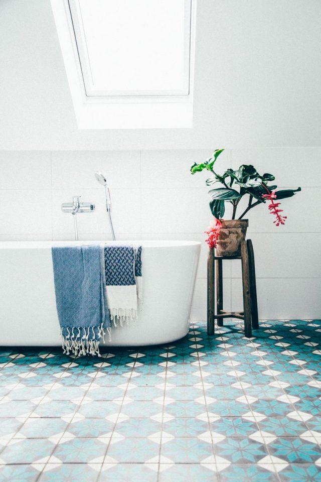 salle de bain bleue carreaux de ciment
