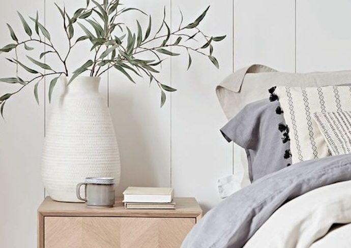 idee decoration chambre couleur blanc lambris plante vase table de chevet bois cosy