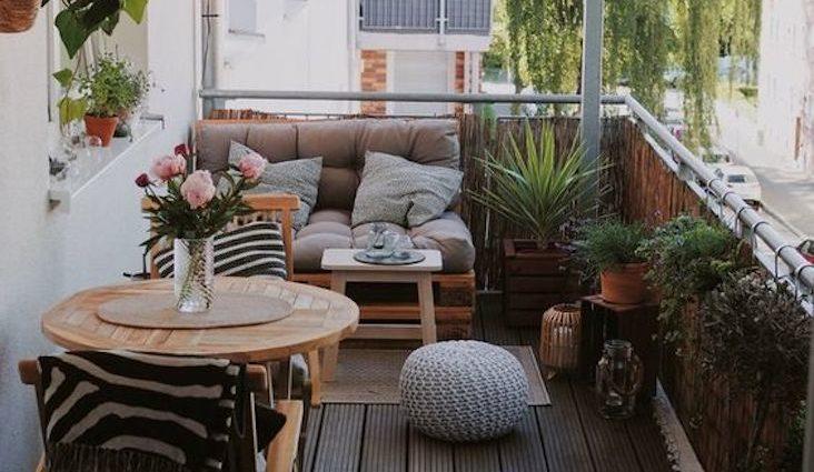 amenagement petit balcon confortable exemple canape palette petite table 2 personnes couleurs neutres et douces