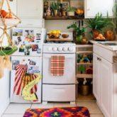 exemple deco petite cuisine location meuble blanc cuisiniere petit frigo tapis coloré