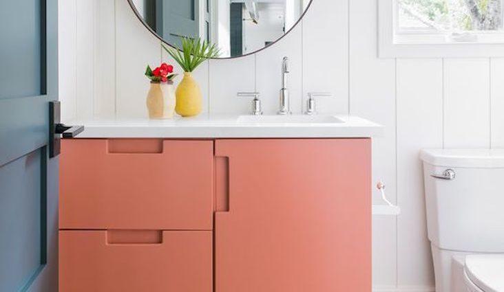 exemple deco petite salle de bain corail blanc touche de couleur meuble vasque