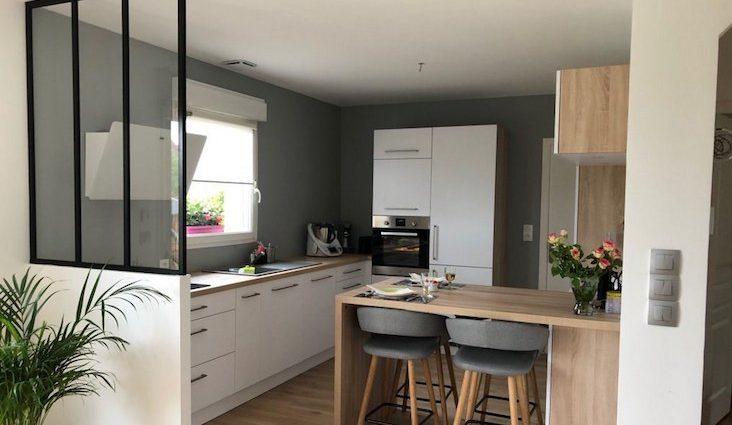 verriere cuisine moderne exemple deco épuré actuel lumière naturelle structurer espace