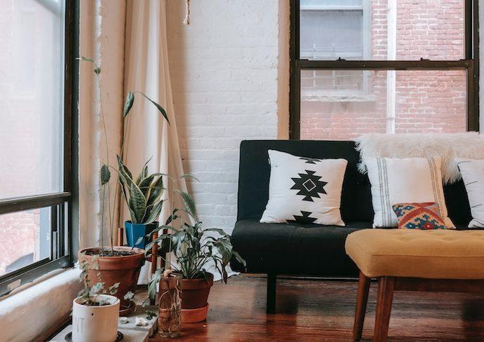 relooking facile salon exemple coussin tapis table basse canapé rideau couleur murs luminaire