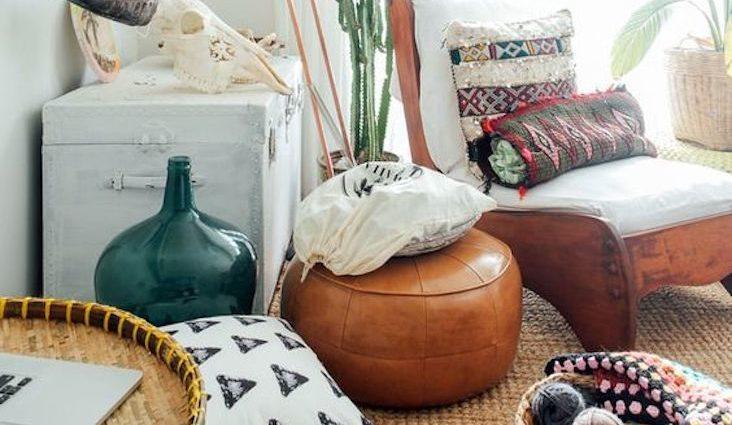 associer cuir et motif exemple salon séjour moderne textile tapis coussin papier peint