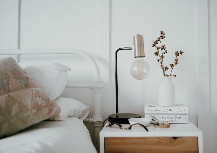 comment choisir lampe chevet ambiance moderne lit en métal blanc table de chevet bois et blanc tendance slow living