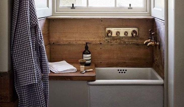 salle de bain masculine exemple vasque ancienne faïence bois simplicité